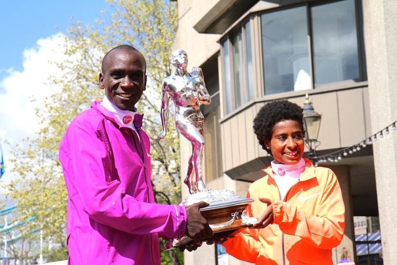 Kipchoge e Tufa con il trofeo della London Marathon - Foto Tommaso Gallini