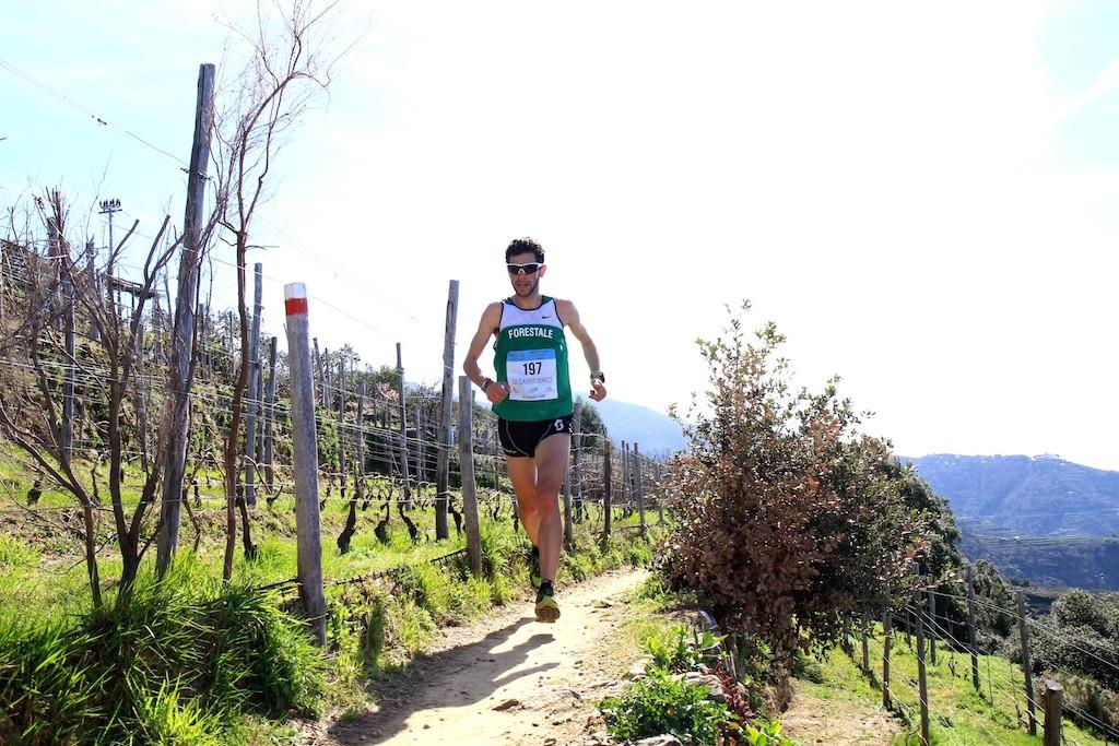 Marco corre sopra Volastra durante lo SciaccheTrail - foto Gallini
