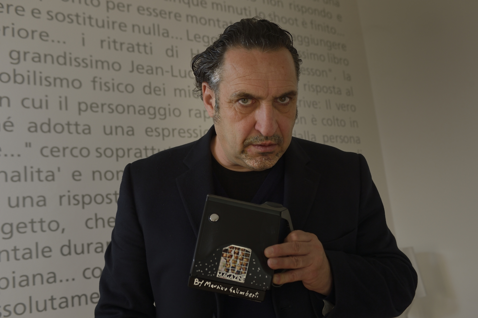 Il fotografo nella sua casa-studio a Milano e la Polaroid con la quale realizza dei mosaici fotofraci. Celebre quello che ha realizzato a Johnny Deep. Foto Pierluigi Benini