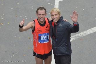Stefano Baldini all'arrivo con Peter Caccia, race director della maratona - Foto Pierluigi Benini
