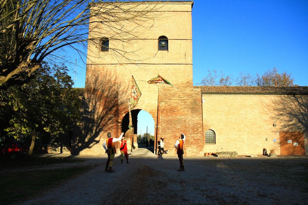 Eccomi con gli sbandieratori della contrada di san Giorgio - Foto T. Gallini per Running Post