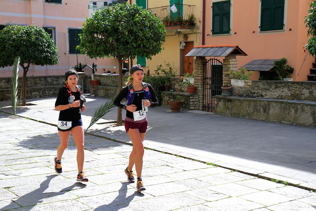Le due trail -runners americane transitano nel cuore di Riomaggiore