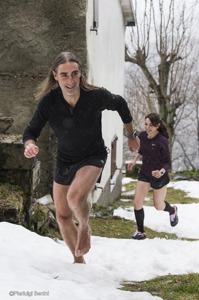 Irene Righetti di corsa con Folco Terzani a piedi nudi - foto Running Post