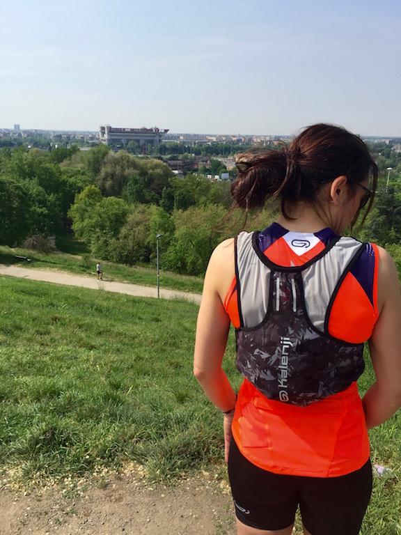 Eccomi con il gilet da trail sopra alla Montagnetta di san Siro... Lo vedete, lo stadio è laggiù!