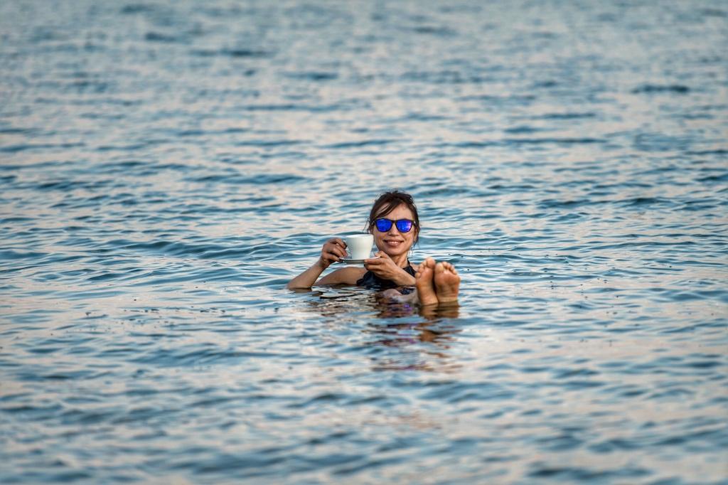 Irene Righetti nelle acque del Mar Morto - foto P. Benini per Running Post