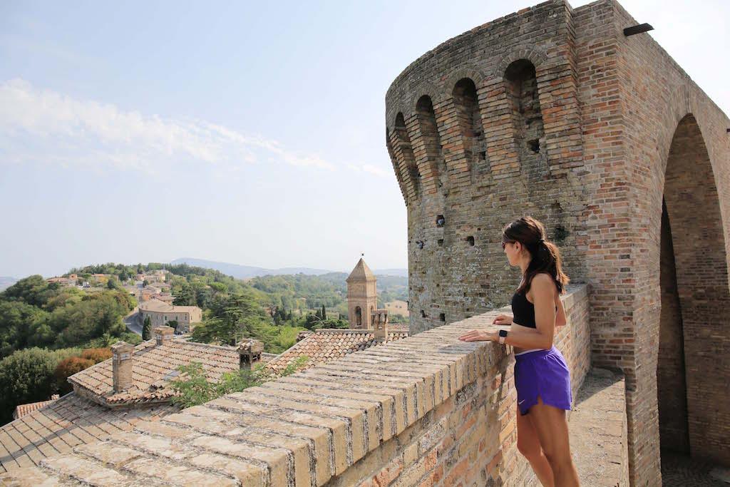 Eccomi sulla Rocca di Offagna intenta ad ammirare il panorama