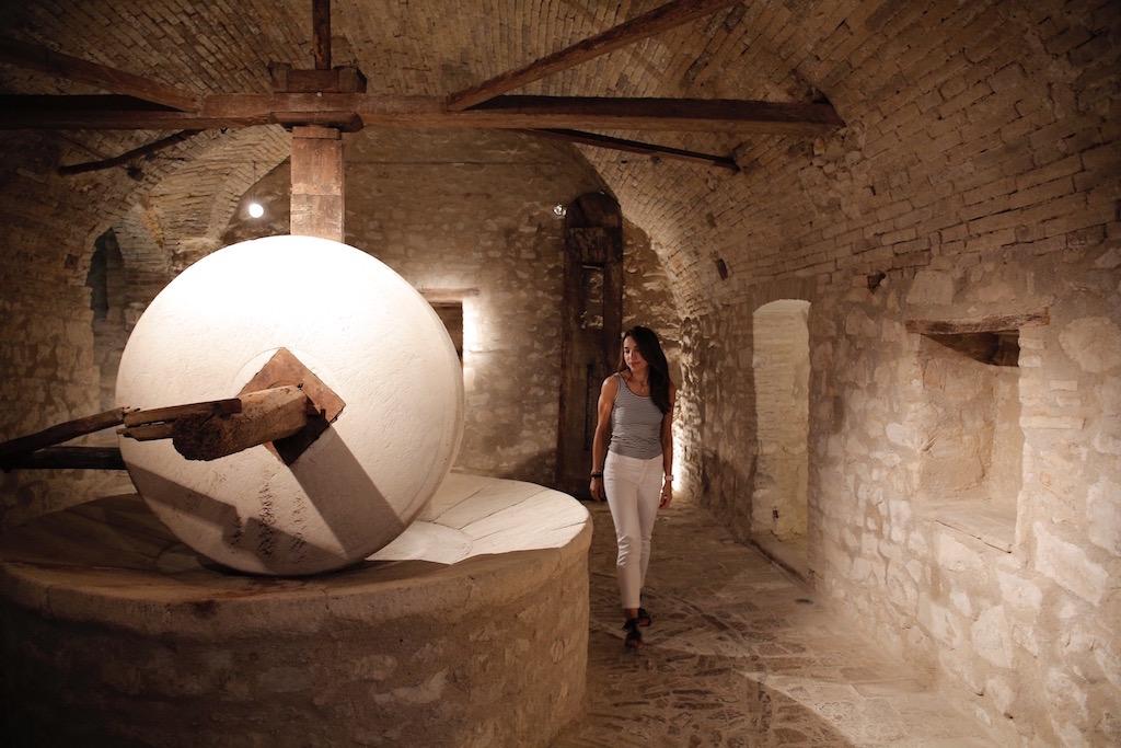 L'antica macina di pietra restaurata con la quale si produceva l'olio d'oliva di Villa Carlo Boccolini a Sirolo.
