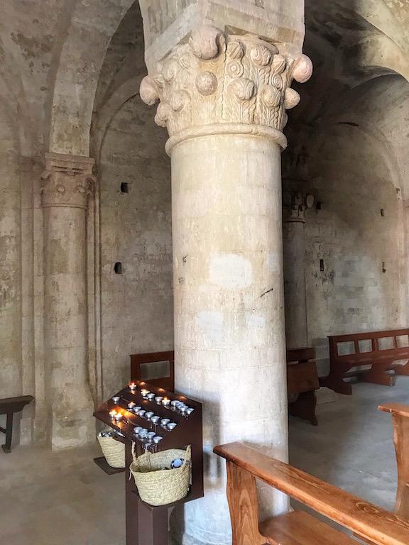 L'interno della Badia di S. Pietro, edificata nei primi anni mille, interamente in pietra del Conero a tre navate.