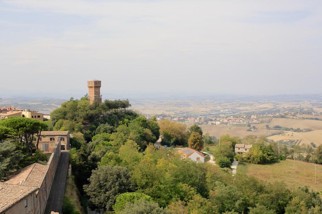 Il panorama che si può scorgere dalla collina su cui sorge la Rocca di Offagna