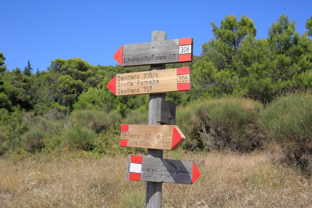 Le indicazione per i diversi sentieri del Monte Conero - Foto T. Gallini