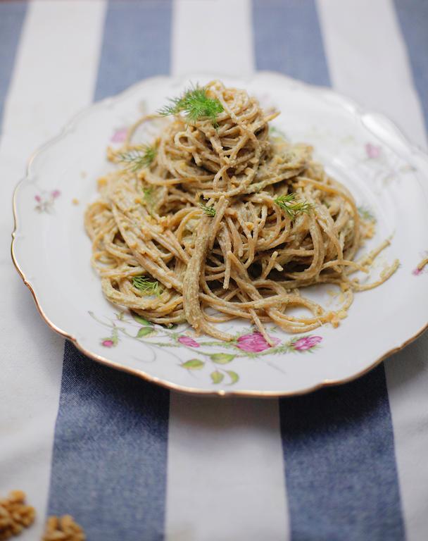 Spaghetti integrali al pesto di noci e aneto - www.runningpost.it