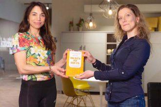 Irene Righetti con Elena Dogliotti (a dx) e il libro Una dieta per ogni età