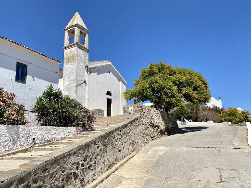 La chiesetta e la mimosa di Cala d'Oliva-www.runningpost.it