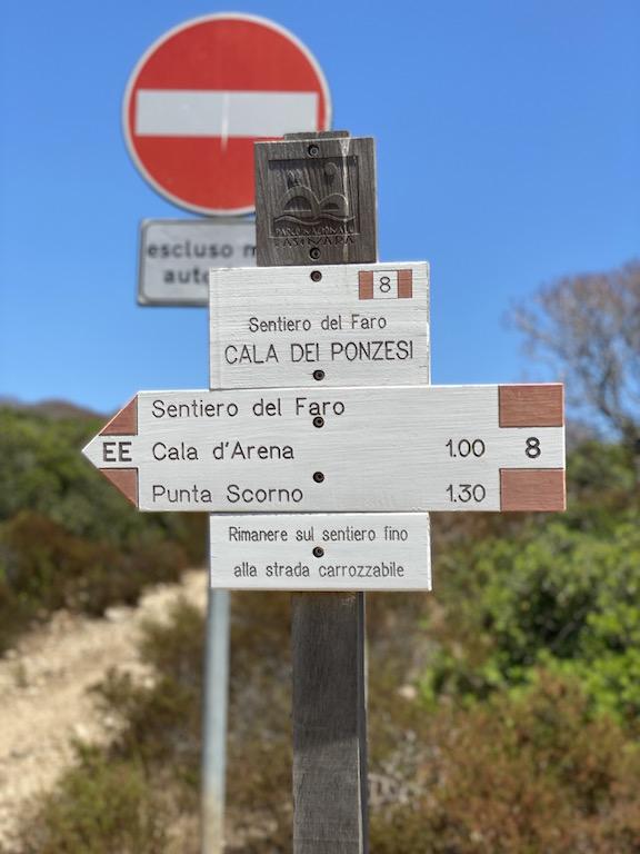 Cartelli con alcuni sentieri dell'Isola - www.runningpost.it